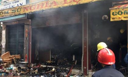 Cửa hàng gốm sứ cháy ngùn ngụt ở Sài Gòn lúc sáng sớm