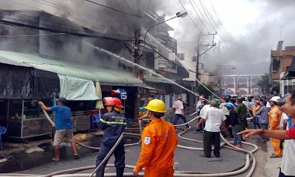 Cháy lớn ở quán cà phê làm 2 căn nhà thiệt hại nặng
