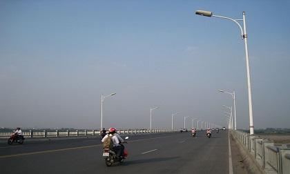 Người đàn ông bất ngờ bỏ xe máy, nhảy cầu Vĩnh Tuy tự tử