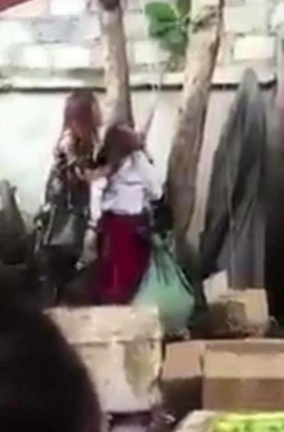 Trộm món hàng đồng giá 39.000 đồng, một phụ nữ mang thai bị cột tóc ở gốc cây rồi đánh dã man