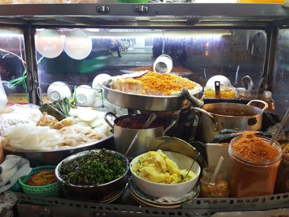Những món ăn đường phố Huế hút khách giữa lòng Sài Gòn - 1