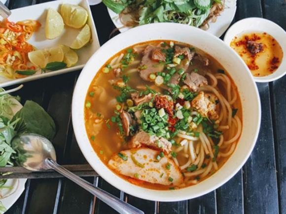 Những món ăn đường phố Huế hút khách giữa lòng Sài Gòn - 3