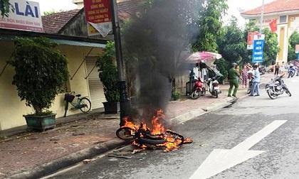 Nhóm thanh niên rượt đuổi đánh nhau rồi đốt xe máy trên đường