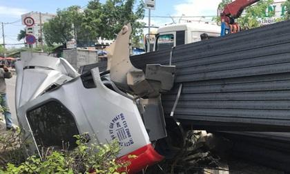 Hàng trăm thanh đà thép bị rơi, hất phần cabin container và tài xế bay xuống đường