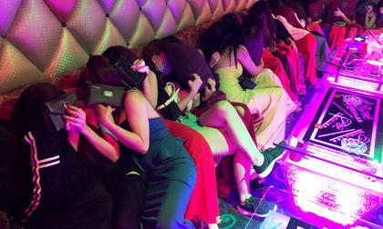 Hàng chục cô gái ăn mặc hở hang bị