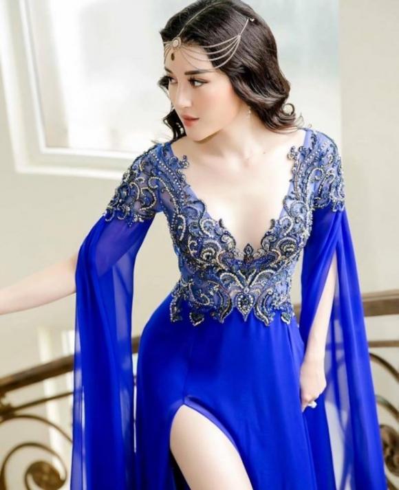 """Tham gia một sự kiện gần đây, Huyền My dễ dàng nổi bật khi """"làm quá"""" giữa dàn mỹ nhân Việt cùng chiếc váy xanh và vòng đeo đầu lạ mắt."""