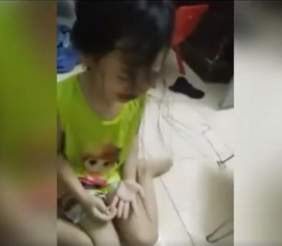 Mẹ phát trực tiếp cảnh đánh con gái 4 tuổi chảy máu rồi hô: 3000 người sẽ xem clip này