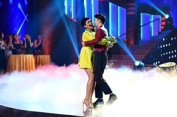 Hoa hậu H'Hen Niê bất ngờ ôm trai lạ ngay trên sân khấu.