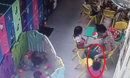 TP.HCM: Phẫn nộ cảnh bảo mẫu vừa cho trẻ ăn vừa tát liên tiếp khiến bé ngã nhào