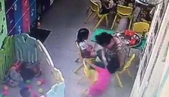 TP.HCM: Đình chỉ hoạt động cơ sở giữ trẻ có bảo mẫu dùng tay liên tiếp tát thẳng vào mặt bé gái 3 tuổi trong bữa ăn sáng - Ảnh 1.