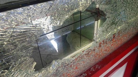 Nam thanh niên dùng búa xông vào tiệm vàng cướp hàng chục dây chuyền - 2