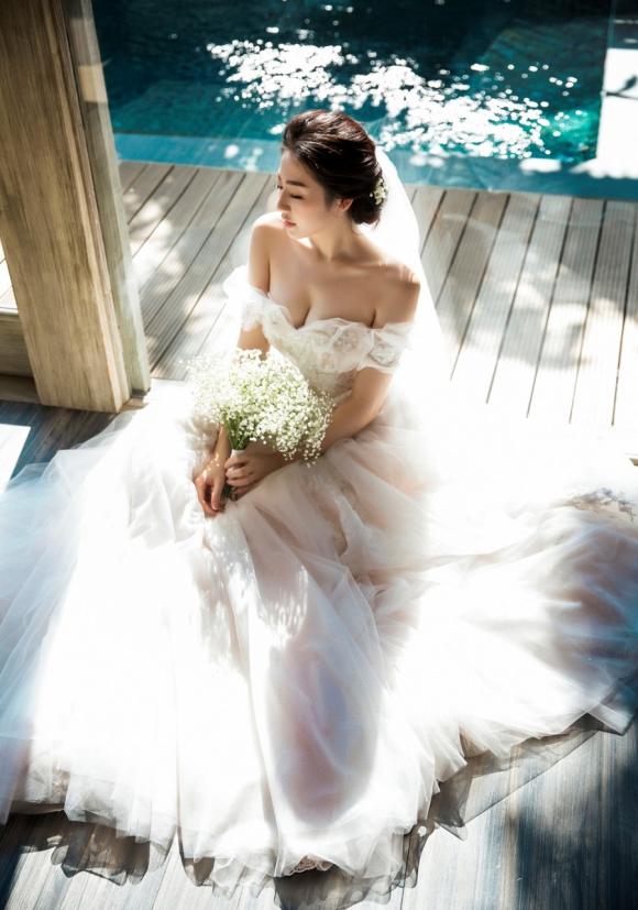 Hồi tháng 5, hai người đã chụp ảnh cưới tại Nha Trang. Nhiếp ảnh Lê Thiện Viễn cho biết Tú Anh và chồng sắp cưới chỉ mất khoảng 1,5 ngày thực hiện album ảnh.