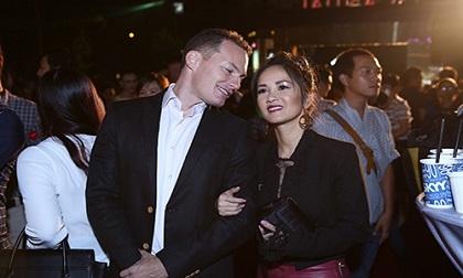 Khoảnh khắc hạnh phúc 8 năm qua của diva Hồng Nhung với chồng Tây