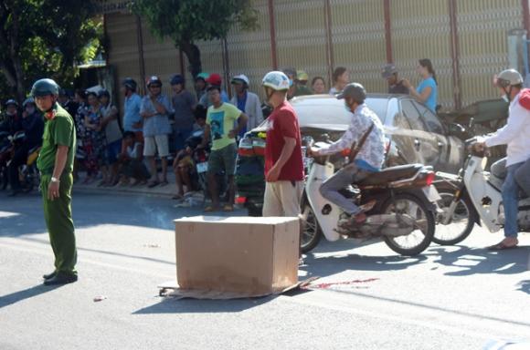 Hai cháu bé tử vong khi ôtô chạy lùi đụng xe máy