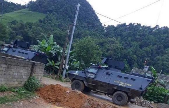 Hàng trăm cảnh sát với trang bị hiện đại cùng xe bọc thép bất ngờ đột kích vào nhà 2 tên trùm ma tuý Nguyễn Thanh Tuân và Nguyễn Văn Thuận ở bản Tà Dê, Lóng Luông, Vân Hồ, Sơn La. Ảnh: TL