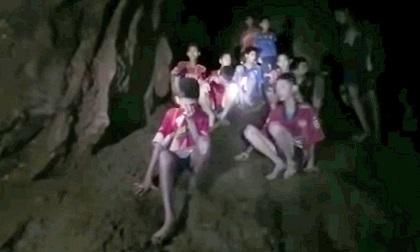 Lý do đội bóng Thái Lan bỏ hết giày, balo vào tới tận cuối hang động