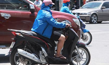 Đàn ông mặc áo rét để chống lại nắng nóng như đổ lửa ở HN
