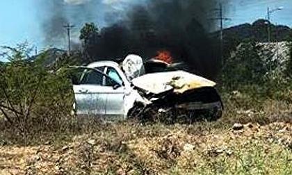 Xe Mercedes tiền tỉ cháy trơ khung sắt ở Nghệ An
