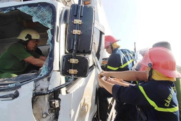 Kinh hãi: Sắt công trình đâm xuyên ô tô, tài xế tử vong - 3