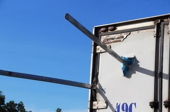 Kinh hãi: Sắt công trình đâm xuyên ô tô, tài xế tử vong - 2