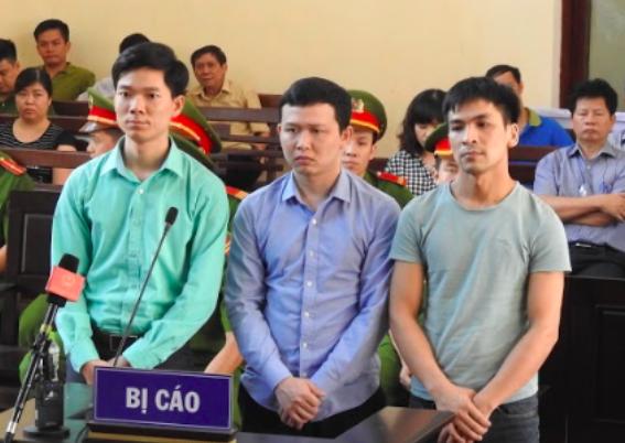 Bị cáo Hoàng Công Lương (áo xanh bìa trái)