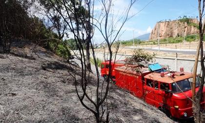 Hàng trăm người chữa cháy rừng dưới cái nắng 40 độ