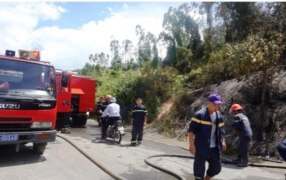 Hàng trăm người chữa cháy rừng dưới cái nắng 40 độ - 2