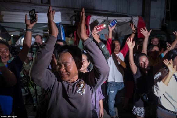 Người Thái ăn mừng suốt đêm vì chiến dịch giải cứu đội bóng thành công - 3