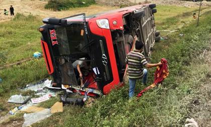 Khởi tố tài xế vụ lật xe khách khiến 2 chị em tử vong