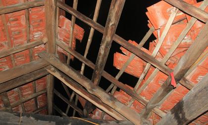 Bão Sơn Tinh gây mưa to, lốc xoáy, hàng loạt mái nhà bị cuốn phăng