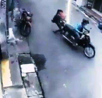 Clip: Người phụ nữ bồng con nhỏ bị cướp kéo lê trên phố Sài Gòn - 1