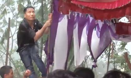 Đám cưới ngày bão: Trai tráng thay nhau giữ rạp cho khỏi bay mất để mọi người yên tâm ăn cỗ