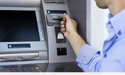 Vờ giúp người nước ngoài rút tiền từ ATM rồi cướp