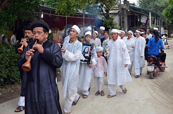 Đẫm nước mắt đại tang ở Lương Điền: Người thân bước đi không vững trong lễ yết tổ của 13 nạn nhân đoàn rước dâu - Ảnh 1.