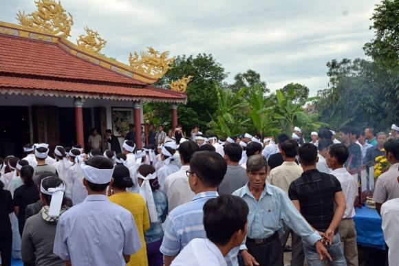 Đẫm nước mắt đại tang ở Lương Điền: Người thân bước đi không vững trong lễ yết tổ của 13 nạn nhân đoàn rước dâu - Ảnh 4.