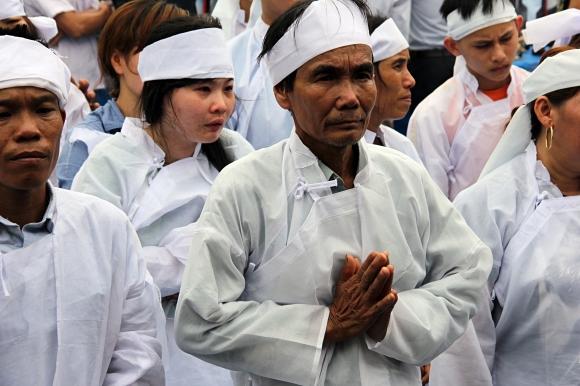 Đẫm nước mắt đại tang ở Lương Điền: Người thân bước đi không vững trong lễ yết tổ của 13 nạn nhân đoàn rước dâu - Ảnh 5.