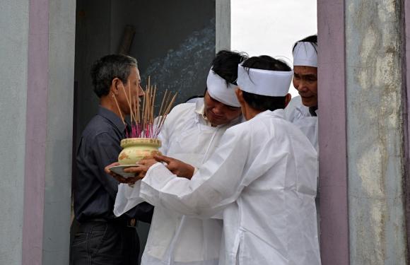 Đẫm nước mắt đại tang ở Lương Điền: Người thân bước đi không vững trong lễ yết tổ của 13 nạn nhân đoàn rước dâu - Ảnh 6.