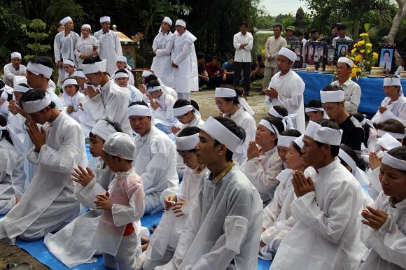 Đẫm nước mắt đại tang ở Lương Điền: Người thân bước đi không vững trong lễ yết tổ của 13 nạn nhân đoàn rước dâu - Ảnh 8.