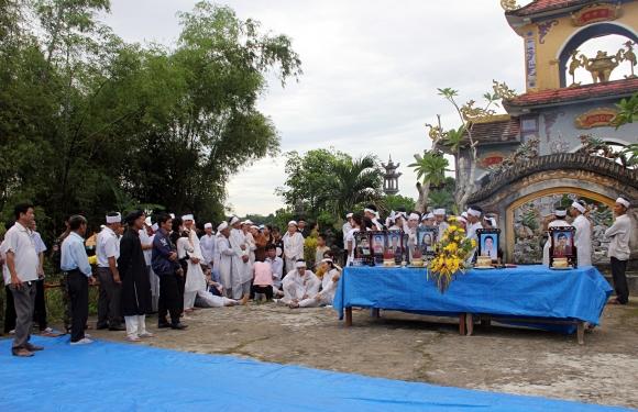 Đẫm nước mắt đại tang ở Lương Điền: Người thân bước đi không vững trong lễ yết tổ của 13 nạn nhân đoàn rước dâu - Ảnh 9.
