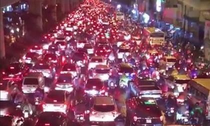 Hà Nội tắc đường khủng khiếp, giao thông hỗn loạn sau trận mưa lớn kéo dài
