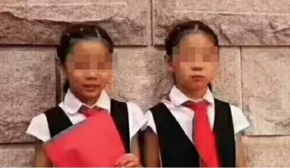 Sự trừng phạt đau đớn nhất cuộc đời người mẹ: Vì mải xem điện thoại mà hai con gái sinh đôi mất mạng trong chớp mắt