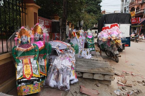 """Cận tháng cô hồn, người người đổ về Bắc Ninh mua """"nhà lầu, xe hơi, đồ trang sức"""" - 2"""