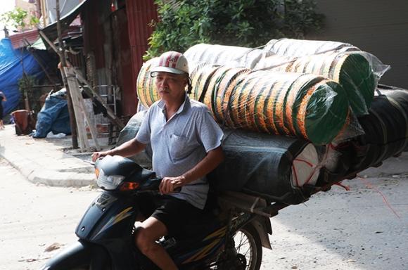 """Cận tháng cô hồn, người người đổ về Bắc Ninh mua """"nhà lầu, xe hơi, đồ trang sức"""" - 5"""