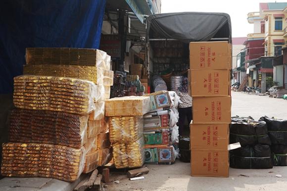 """Cận tháng cô hồn, người người đổ về Bắc Ninh mua """"nhà lầu, xe hơi, đồ trang sức"""" - 8"""