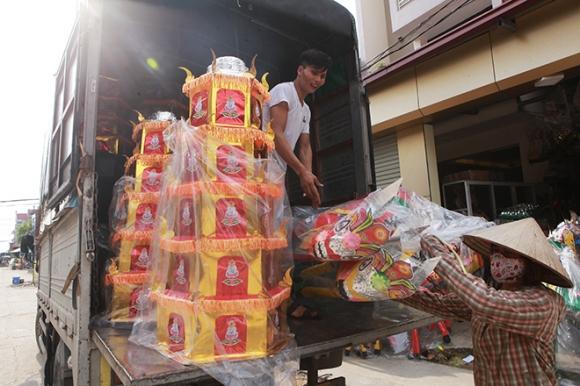 """Cận tháng cô hồn, người người đổ về Bắc Ninh mua """"nhà lầu, xe hơi, đồ trang sức"""" - 11"""