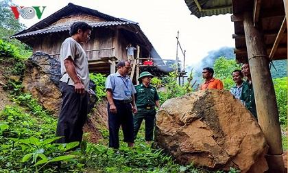 Sợ đá lăn vào nhà lúc trời mưa, 63 hộ dân ở Điện Biên mất ăn mất ngủ