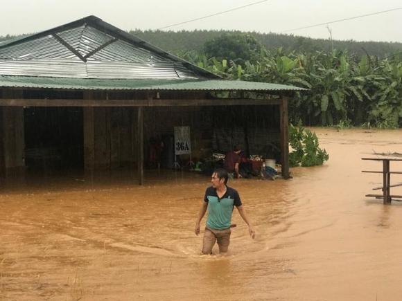 kon tum: hàng chục ngoi nhà bị nhán chìm trong biẻn nuóc hinh anh 3