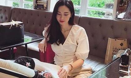Sau 5 tháng, Hoa hậu Đặng Thu Thảo lần đầu hé lộ hình chụp cùng con gái đầu lòng