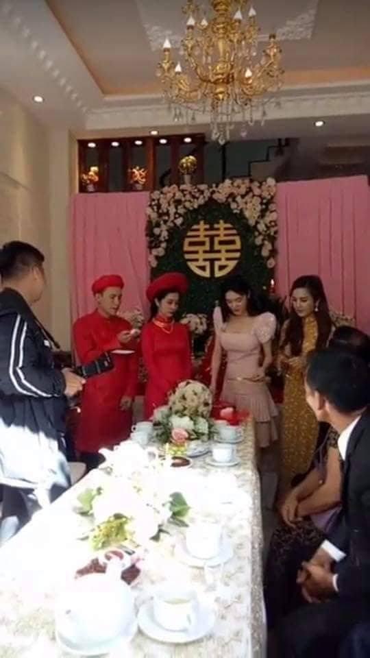 Clip Nhã Phương lộ vòng 2 to bất thường trong đám cưới em gái được chia sẻ rầm rộ - Ảnh 4.