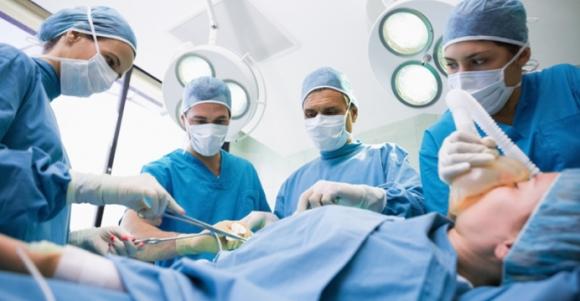 Kết quả hình ảnh cho Bác SĨ phẫu thuật cho bệnh nhân ung thư